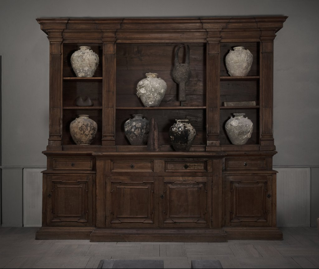 Antique Italian bookcase from the early 19th century, made in walnut tree.